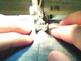縫い目の上をミシンで縫う