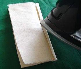 左右の縫い代をアイロンで折る