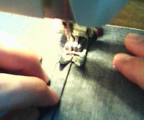 ミシンで縫い代のきわを縫う