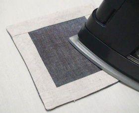 縫った布をアイロンでおさえる
