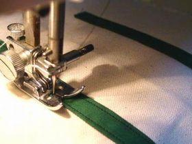 ミシンで取っ手を縫いつける