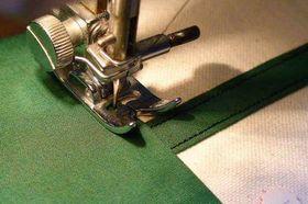 ミシンで当て布を縫いつける