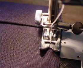 脇をミシンで縫う