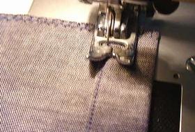 入れ口をミシンで縫う